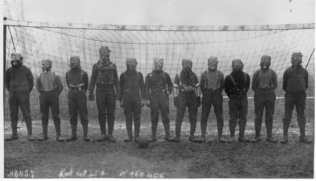 world-war-i-british-soccer-team-with-gas-masks-1916